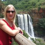 stunning waterval next to the road