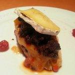 Timbal de morcilla, carne de membrillo y queso brie gratinado