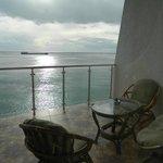Вид из окна на балкон