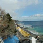 Вид с балкона на море и пляж