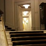 La zona ascensore e il corridoio delle camere al piano rialzato.