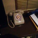部屋の電話。ダイヤル式!