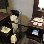 メッツ鶴見部屋備品 机の上に無線LAN接続キットも