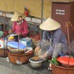 Βιετναμέζες πωλούν φρούτα και ετοιμάζουν και πρόχειρα γεύματα
