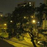 Вид на шумную улицу из окна номера на 4 этаже