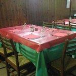 La tavola apparecchiata con le tovaglie gommate rosse