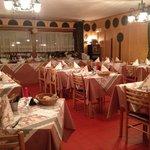 Столовая, где подают прекрасный ужин и кормят разнообразным завтраком (шведский стол)