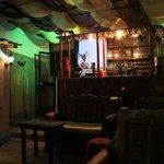 Bar en el ultimo piso del hostal con vista a la parte historica de Quito