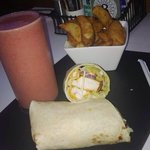 Strawberry and banana smoothie, Lebanese chicken wrap and wedges ❤️ !