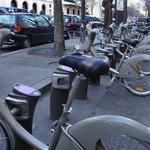 Locador de bicicletas no centro de Paris. Tinha outro deste na frente do hotel.