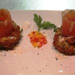 Zucchinipuffer mit hausgebeiztem Lachs