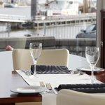 Lunchen met uitzicht op de haven