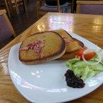 Welsh rarebit with crispy bacon and local chutney