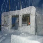 igloo fuori dal rifugio, durante la nevicata