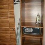 armadio con cassaforte, ferro e asse da stiro