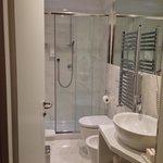 bagno con doccia nella camera