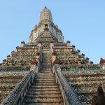 Vista de baixo da escadaria do templo