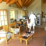 El living de la cabaña. Muy amplio y con vista al lago