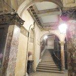 в подъезде... антично..., как в музее...