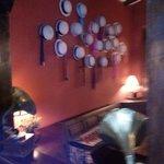 una de las paredes del bar con sombreros tipicos del lugar