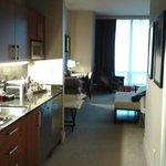 Entrada a la habitación con la pequeña cocina a la izquierda.