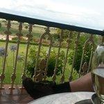 Op de veranda wijn drinken
