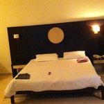 le grand lit de  2metres de large