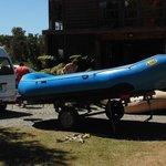 Preparando las balsas en la base antes de la sesión de rafting
