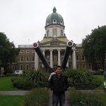 Na frente do Museu Imperial da Guerra