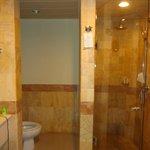 LARGE BATHROOM SHOWER / SEPERATE TUB