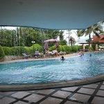 бассейн действительно чистый, тёрёхуровневый и для взрослых и для детей