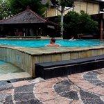 Bersantai di kolam renang hotel