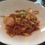 ホライゾン・クラブ・ラウンジでの朝食、野菜とシーフードを添えたアジアンスタイルの炒め麺