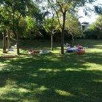 Зона территории отеля с гамаками и подушками для отдыха на лоне природы (недалеко от пляжа отеля