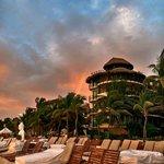 пляж и корпус отеля