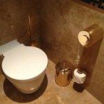 Не менее роскошный золотой туалет
