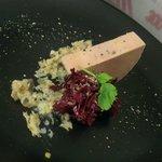 Foie gras micuit, condiment datte fraiche galanga citron confit, salade de trevisse