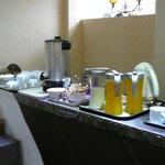 Сок (разбавленный), молоко, чай и кофе. Но сок можно выдавить самому.
