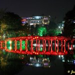 Puente que conduce al Templo de la Montaña de Jade (Ngoc Son Temple)
