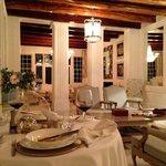Romantisches Abendessen im Innenbereich