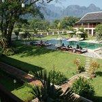 Aussicht aus dem Garten auf Schwimmbad