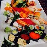 piatto di sushi e sashimi misto