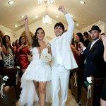 Enfim casados fazendo pose para a câmera ao vivo que não foi ao vivo