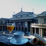 desayunando en el balcón