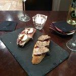 montaditos: de foie, confitura de frutos rojos y solomillo;  de jamón, queso de cabra y salsa de
