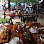 Área de restaurate y alberca, mostrando nuestro exquisito desayuno continental.