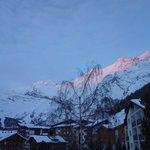 朝焼けの山々
