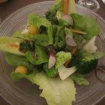 mélange de salades de saison et petits légumes