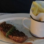 Struisvogel steak met frietjs