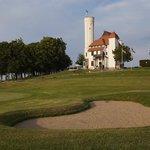 Golfplatz mit Schloss im Hintergrund